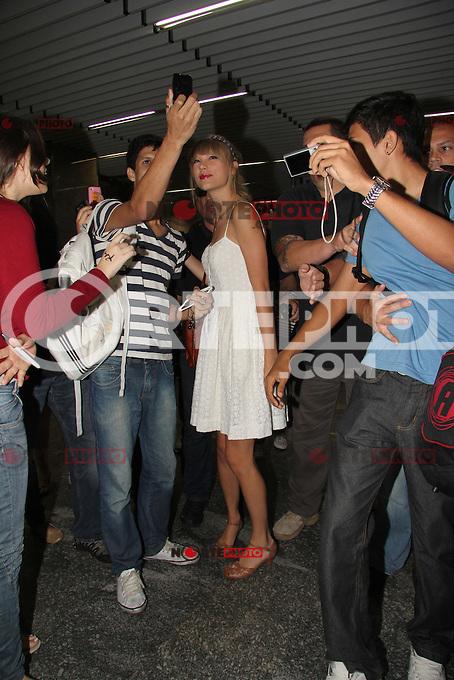 **ATENÇÃO EDITOR, FOTO EMBARGADA PARA AGÊNCIA INTERNACIONAIS** Rio de Janeiro, RJ 12/09/12 - Taylor Swift desembarca no aeroporto do Galeão no Rio de Janeiro.  Foto: Marcio Honorato / Honopix   ..Taylor Swift arrives at Rio. Photo: Honopix /NortePhoto