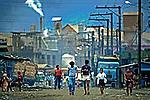 Poluição do ar por indústrias de Vila Parisi em Cubatão. 1984. Foto de Juca Martins.