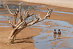 "Afrika Uganda Karamoja , Volk der Karimojong , Kinder im Flussbett -  Klima Klimawandel xagndaz | .Africa Uganda Karamoja , Karimojong a pastoral tribe , children play in river bed.  -  indigenous people  .| [ copyright (c) Joerg Boethling / agenda , Veroeffentlichung nur gegen Honorar und Belegexemplar an / publication only with royalties and copy to:  agenda PG   Rothestr. 66   Germany D-22765 Hamburg   ph. ++49 40 391 907 14   e-mail: boethling@agenda-fototext.de   www.agenda-fototext.de   Bank: Hamburger Sparkasse  BLZ 200 505 50  Kto. 1281 120 178   IBAN: DE96 2005 0550 1281 1201 78   BIC: ""HASPDEHH"" ,  WEITERE MOTIVE ZU DIESEM THEMA SIND VORHANDEN!! MORE PICTURES ON THIS SUBJECT AVAILABLE!! ] [#0,26,121#]"