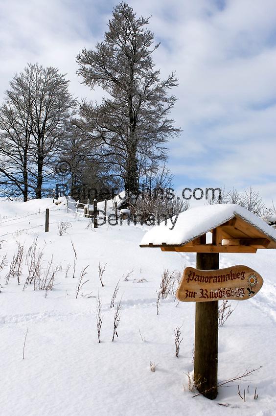 Schweiz, Kanton Schwyz, Kuessnacht: Winterspaziergang auf der Seebodenalp - 1000 m über dem Meer - ein beliebtes Ausflugs- und Wanderziel auch im Winter   Switzerland, Canton Schwyz, Kuessnacht: winter walk at Seebodenalp, popular place of excursions and hiking