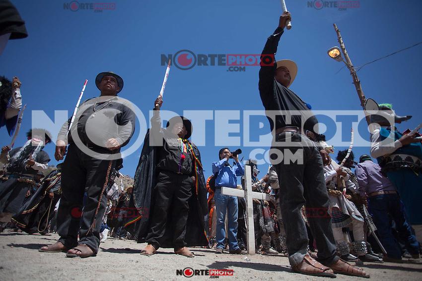 Fariseos del Coloso Alto celebran  la Resurrección de Jesucristo con la quema del Judas y las coloridas máscaras que portaron como penitencia durante toda la Cuaresma y Semana Santa. Hermosillo Sonora, Mexico el 19 Abril  2014.