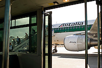 Un aereo dell'Alitalia su una pista dell'aeroporto di Roma Fiumicino