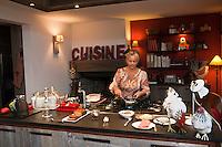 Europe/France/Bretagne/56/Morbihan/Baden: Chambres d'Hôtes:  Val de Brangon, Nathalie Hubier prépare le petit déjeuner<br />  [Non destiné à un usage publicitaire - Not intended for an advertising use]
