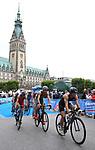 06.07.2019,  Innenstadt, Hamburg, GER, Hamburg Wasser World Triathlon, Elite Mainner, im Bild die Triathleten auf dem Fahrrad auf der Moenckebergstrasse mit dem Rathaus im Hintergrund  Foto © nordphoto / Witke *** Local Caption ***