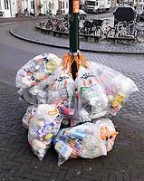 Nederland - Gouda - December 2018.  Gescheiden afval. Plastic zakken met afval hangen aan een paal.  Foto Berlinda van Dam