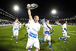 Nederland, Zwolle, 13 april 2012.Jupiler League.Seizoen 2011-2012.FC Zwolle-FC Eindhoven (0-0).Arne Slot aanvoerder van FC Zwolle, toont trots de schaal aan de supporters
