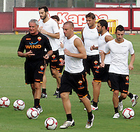 "Calcio: il nuovo allenatore della Roma Claudio Ranieri, primo da sinistra, dirige il suo primo allenamento al centro sportivo ""Fulvio Bernardini"" di Trigoria, Roma, 2 settembre 2009. Da sinistra, accanto a Ranieri, Marco Cassetti, Daniele De Rossi, Francesco Totti, Simone Perrotta e Stefano Guberti..AS Roma football team's new coach Claudio Ranieri, first from left, leads his first tranining session at the club's sporting center on the outskirts of Rome, 2 september 2009. From second left, AS Roma's players Marco Cassetti, Daniele De Rossi, Francesco Totti, Simone Perrotta and Stefano Guberti..UPDATE IMAGES PRESS/Riccardo De Luca"