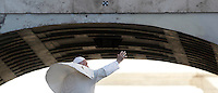 Papa Francesco saluta i fedeli al termine dell'udienza generale del mercoledi' in Piazza San Pietro, Citta' del Vaticano, 12 ottobre 2016.<br /> Pope Francis waves to faithful as he leaves at the end of his weekly general audience in St. Peter's Square at the Vatican, 12 October 2016.<br /> UPDATE IMAGES PRESS/Isabella Bonotto<br /> <br /> STRICTLY ONLY FOR EDITORIAL USE