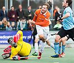 WASSENAAR - Hoofdklasse hockey heren, HGC-Bloemendaal (0-5)  . Floris Wortelboer (Bldaal) ziet zijn schot gekeerd worden door HGC keeper Sam van der Ven.     COPYRIGHT KOEN SUYK