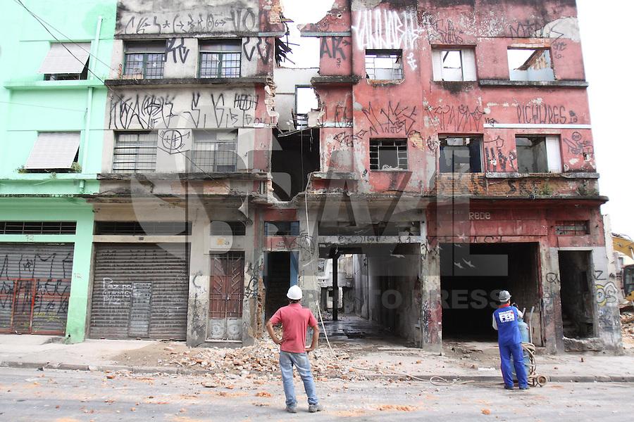 S&Atilde;O PAULO, SP, 18/01/2012, DEMOLI&Ccedil;&Atilde;O CASAR&Otilde;ES CRACOLANDIA.<br /> <br /> Hoje (18) come&ccedil;aram as demoli&ccedil;&otilde;es dos casar&otilde;es da Rua Helvetia na Cracolandia, v&aacute;rios deles eram usados para o consumo da droga.<br /> <br />  Luiz Guarnieri/ News Free