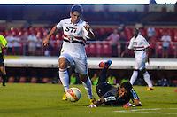 SÃO PAULO, SP, 16 DE FEVEREIRO DE 2013 - CAMPEONATO PAULISTA - SÃO PAULO x ITUANO: Osvaldo (e) durante partida São Paulo x Ituano, válida pela 8ª rodada do Campeonato Paulista de 2013, disputada no estádio do Morumbi em São Paulo. FOTO: LEVI BIANCO - BRAZIL PHOTO PRESS.