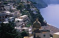 Europe/Italie/Côte Amalfitaine/Campagnie/Positano : Le village et la coupole de Majolique de S Maria Assunta
