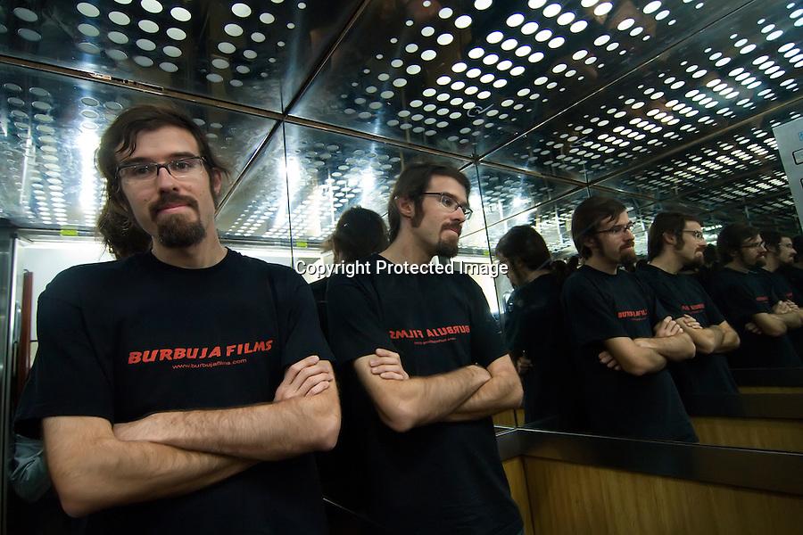 25 MAYO 2008 SANTANDER.El director de cortos Alvaro de la Hoz en una sesion fotografica en su productora..foto JOAQUIN GOMEZ SASTRE