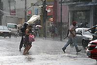 SAO PAULO, SP, 07 FEVEREIRO 2012 - CHUVA EM PINHEIROS - Chuva forte  com granizo no cruzamento com as ruas Ruas Teodoro Sampaio com Av Pedroso de Moraes em Pinheiros zona oeste da capital paulista na tarde dessa terça-feira, 07. Foto: Mauricio Camargo - News Free.