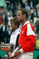 20030608, Paris, Tennis, Roland Garros, Martin Verkerk en Juan Carlos Ferrero bij de prijsuitrijking