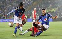 BOGOTA -COLOMBIA, 22-11-2015:Andres Cadavid jugador de Millonarios  disputa el balón con Jair Quinonez jugador del  Independiente Santa Fe  durante partido por la fecha 20 de la Liga Aguila II 2015 disputado en el estadio Nemesio Camacho El Campin de Bogotá de la ciudad de Bogotá./ Andres Cadavid player of Millonarios  fights for the ball with Jair Quinonez player of Independiente Santa Fe  during match for the date 20 of the Aguila League II 2015 played at Nemesio Camacho El Campin stadium in Bogota city. Photo: VizzorImage / Felipe Caicedo / Staff