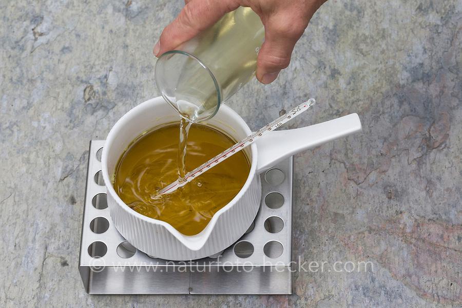 7. Schritt Nachtkerzen-Creme-selbermachen: Nachtkerzentee wird zum Gemisch aus Nachtkerzenöl, Lanolin und Bienenwachs hinzugegeben in einen Topf, der auf einem Stövchen erwärmt wird. Nachtkerzen-Heilcreme, Nachtkerzencreme, Herstellung von Heilsalbe, Heilcreme, Kreme, Hautcreme, Creme, Salbe, Creme selbermachen aus Nachtkerzenöl, Nachtkerzentee, Lanolin und Bienenwachs, Cosmetics, cosmetics self-made, cream, crème, onguent, baume, pommade cicatrisante. Gewöhnliche Nachtkerze, Zweijährige Nachtkerze, Oenothera biennis, Common Evening Primrose, Evening-Primrose, Evening star, Sun drop, Onagre