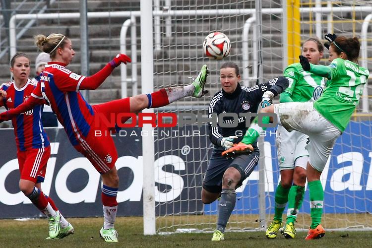 22.02.2015, Gruenwalder Stadion, Muenchen, FFBL, FC Bayern Muenchen vs. VfL Wolfsburg, im Bild sieht Melanie Leupolz (Bayern #8) zu, wie sich Carolina Abb&eacute; (Bayern #5), Tinja-Riika Korpela (Bayern #32), Babett Peter (VfL Wolfsburg #8) und Vanessa Bernauer (VfL Wolfsburg #18) um den Ball streiten<br />  / Foto &copy; nordphoto / RMG