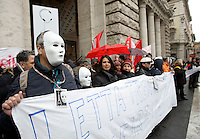 I lavoratori di ex Eutelia ed Agile, aziende appartenenti al gruppo Omega protestano davanti a Palazzo Chigi, Roma, 25 gennaio 2010..Eutelia and Agile (Omega group) workers demonstrate in front of Chigi Palace, Rome, 25 january 2010..UPDATE IMAGES PRESS/Riccardo De Luca