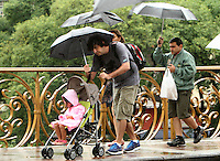 Popular protect themselves from the rain in the region of Paulista Avenue in São Paulo (SP), on Monday (17). Thermometers mark 19 º C. LEVY RIBEIRO - BRAZIL PHOTO PRESS