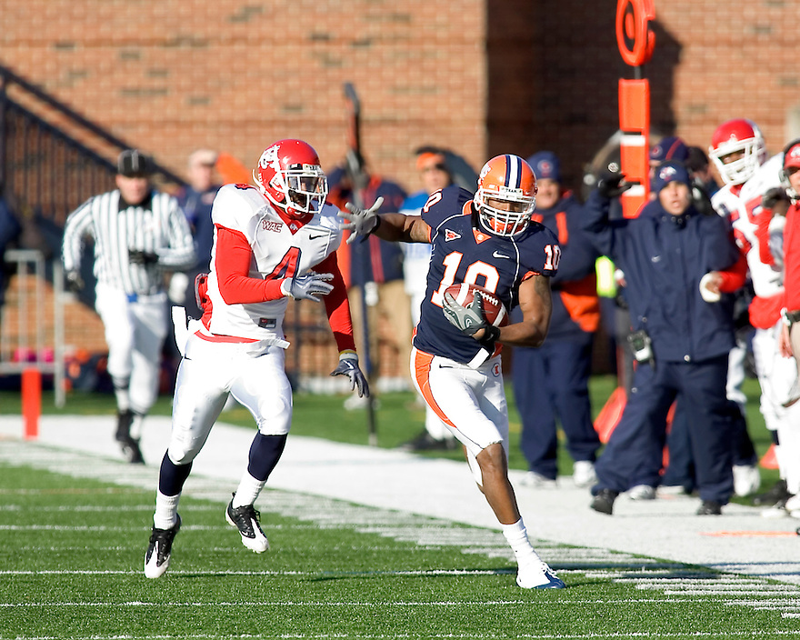 December 5, 2009 - Champaign, Illinois, USA -   Illinois receiver Eddie McGee (10) catches a pass in the game between the University of Illinois and Fresno State at Memorial Stadium in Champaign, Illinois.  Fresno State defeated Illinois 53 to 52..