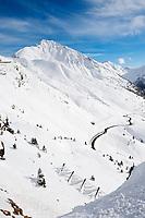 Italien, Suedtirol (Alto Adige), Ausblick auf die Jaufenpass-Strasse und Jaufenspitze im Winter   Italy, Alto Adige (South Tyrol), view at pass road Monte Giovo and Monte Giovo
