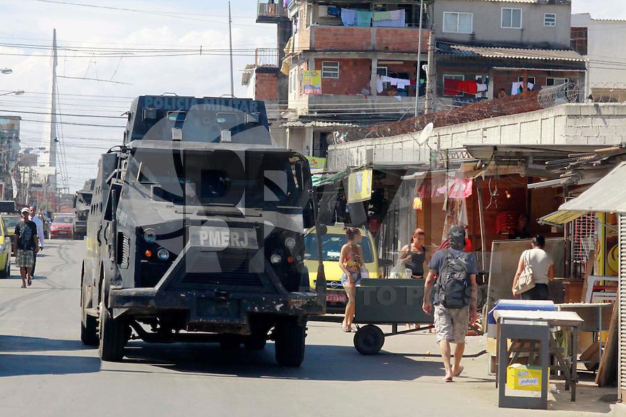 RIO DE  JANEIRO,RJ,16 DE AGOSTO DE 2012- No início da  manhã desta quinta-feira(16) policiais da  POLÍCIA FEDERAL com apoio do BOPE e BP CHOQUE, realizaram uma  operacao  no Complexo da Mare,nas comunidades do Timbau e Vila do Joao, em Bonsucesso zona norte  do RJ. Um veiculo tres homens ,uma mulher, moto, cadeira de roda,um fuzil ponto 30 e motos foram apreendidos. Os presos foram levados para Policia Federal, zona portuária.<br /> Guto Maia Brazil Photo Press