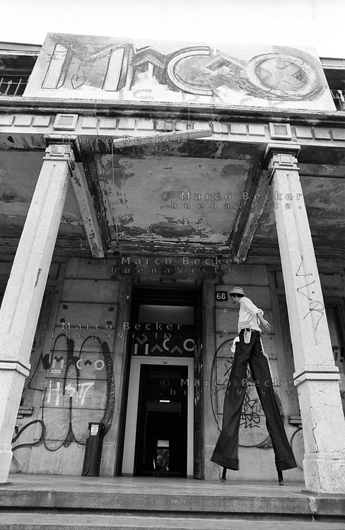 """Milano, un collettivo di """"Lavoratori dell'Arte e dello Spettacolo"""" occupa un edificio inutilizzato facente parte dell'ex macello per dare vita a un nuovo centro per le arti e la cultura chiamato MACAO. Una ragazza sui trampoli --- Milan, a collective of """"Arts and Entertainment Workers"""" occupy an unused building part of the former slaughterhouse, in order to create a new centre for arts and culture called MACAO. A girl on stilts"""