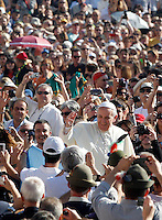 Papa Francesco saluta i fedeli al suo arrivo all'udienza generale del mercoledi' in Piazza San Pietro, Citta' del Vaticano, 25 settembre 2013.<br /> Pope Francis waves to faithful as he arrives for his weekly general audience in St. Peter's Square at the Vatican, 25 September 2013.<br /> UPDATE IMAGES PRESS/Riccardo De Luca<br /> <br /> STRICTLY ONLY FOR EDITORIAL USE