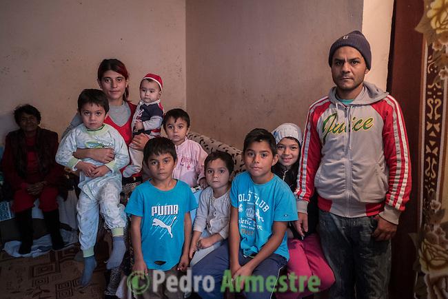 08 Noviembre 2016. Targoviste. Rumania<br /> Florentina Milos tiene 8 hijos y vive en un diminuto piso en Targoviste, una localidad a 60 kil&oacute;metros de Bucarest (Rumania). Los ni&ntilde;os acuden al programa educativo de Save the Children. Save the Children trabaja en Rumania ayudando a las familias m&aacute;s vulnerables con diferentes tipos de programas vinculados a la educaci&oacute;n. En 37 centros educativos de todo el pa&iacute;s tiene en marcha programas especiales de ayuda a los ni&ntilde;os que nunca han asistido a la escuela y para los hijos de migrantes que est&aacute;n trabajando en Italia o en Espa&ntilde;a. Rumania tiene la tasa de pobreza infantil m&aacute;s alta de toda Europa, con un 51%. <br /> <br /> A 60 kil&oacute;metros de Bucarest, Andrea, de 11 a&ntilde;os, es la mayor de 8 hermanos. Tambi&eacute;n padres, hijos y abuela conviven juntos, con sus padres y su abuela en un piso de poco m&aacute;s de veinte metros cuadrados. La madre, Milos Florentina, tiene tan solo 25 a&ntilde;os. No siempre tiene ropa o calzado para que todos ni&ntilde;os vayan a la escuela. Pero, al menos, en la escuela y los servicios sociales conocen su situaci&oacute;n. Porque en Ruman&iacute;a hay otra circunstancia que amenaza los derechos de la infancia. &laquo;El 85% de los ni&ntilde;os en riesgo de exclusi&oacute;n social tiene a uno de sus padres fuera del pa&iacute;s. Y el 40% a ambos. Est&aacute;n al cuidado de abuelos o t&iacute;os&raquo;, declara Gabriela Alexandrescu. Save the Children propici&oacute; la ley que obliga a los progenitores que salen del pa&iacute;s a informar sobre a qui&eacute;n dejan como tutor de sus hijos. &copy; Pedro Armestre/ Save the Children Handout. No ventas -No Archivos - Uso editorial solamente - Uso libre solamente para 14 d&iacute;as despu&eacute;s de liberaci&oacute;n. Foto proporcionada por SAVE THE CHILDREN, uso solamente para ilustrar noticias o comentarios sobre los hechos o eventos representados en esta imagen.<br /> &co