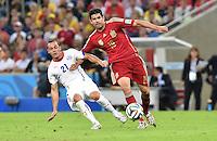 FUSSBALL WM 2014  VORRUNDE    Gruppe B     Spanien - Chile                           18.06.2014 Marcelo Diaz (li, Chile) gegen Diego Costa (re, Spanien)