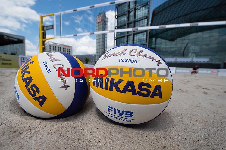 17.06.2014, Berlin, Washingtonplatz<br /> Beachvolleyball, Berlin smart Grand Slam<br /> <br /> Feature Ball im Sand<br /> <br />   Foto &copy; nordphoto / Kurth