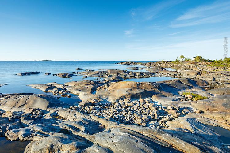 Stenar och släta slipade klippor och vid havet Ängskär naturresrveat Tierp Uppland