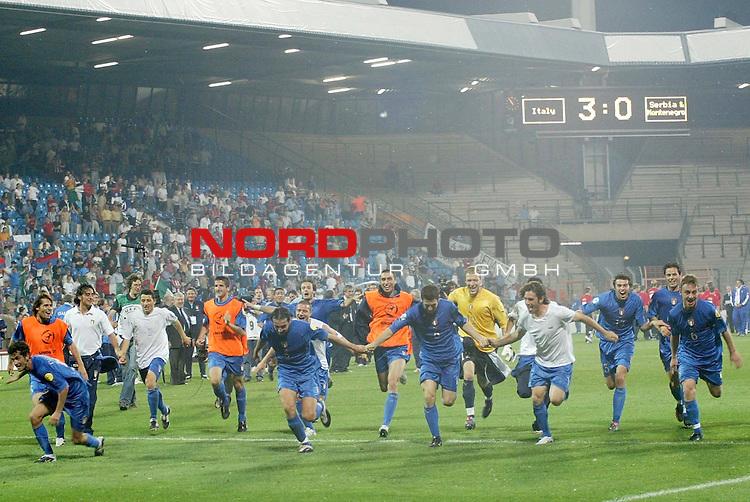 U21 - EM 2004 - Finale<br /> <br /> Serbien und Montenegro vs. Italien<br /> <br /> Europameister 2004 der U21 ist Italien. Nach Spielschluss laufen die Spieler zu ihren Fans. Italien siegte gegen Serbien und Montenegro mit 3:0.<br /> <br /> Foto &copy; nordphoto - Ruediger Lampe<br /> <br /> <br /> <br /> <br /> <br /> <br /> <br />  *** Local Caption *** Foto ist honorarpflichtig! zzgl. gesetzl. MwSt.<br /> <br />  Belegexemplar erforderlich<br /> <br /> Adresse: nordphoto<br /> <br /> Georg-Reinke-Strasse 1<br /> <br /> 49377 Vechta