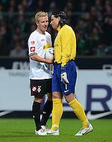 FUSSBALL   1. BUNDESLIGA  SAISON 2011/2012  30. SPIELTAG 10.04.2012 SV Werder Bremen - Borussia Moenchengladbach  Torwart Tim Wiese (re, SV Werder Bremen) und Mike Hanke (Borussia Moenchengladbach)