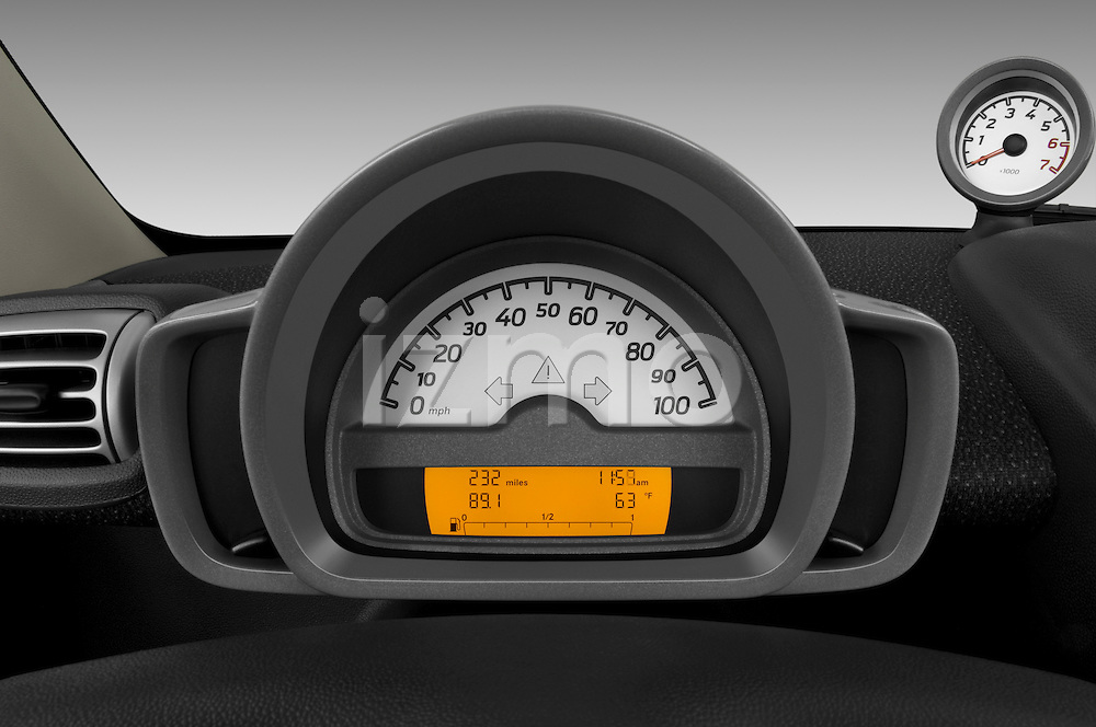 Instrument panel close up detail view of a 2009 SmartForTwo Cabriolet