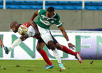 CALI - COLOMBIA -13 -12-2014: Carlos Renteria (Der.) jugador de Deportivo Cali disputa el balón con Elton Martins (Izq.) jugador de Deportivo Independiente Medellin, durante partido Deportivo Cali y Deportivo Independiente Medellin, por la fecha 6 de las semifinales grupo B de la Liga Postobon II-2014, jugado en el estadio Pascual Guerrero de la ciudad de Cali. / Carlos Renteria (R) player of Deportivo Cali vies for the ball with Elton Martins (L) player of Deportivo Independiente Medellin, during a match Deportivo Cali  and Deportivo Independiente Medellin, for the date 6 of the Liga Postobon II-2014 at the Pascual Guerrero stadium in Cali city. Photo: VizzorImage  / Juan C Quintero / Str.