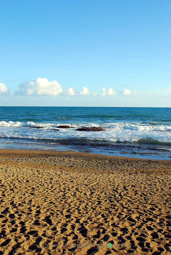 parallel lines at the horizon at the beach of puerto rico