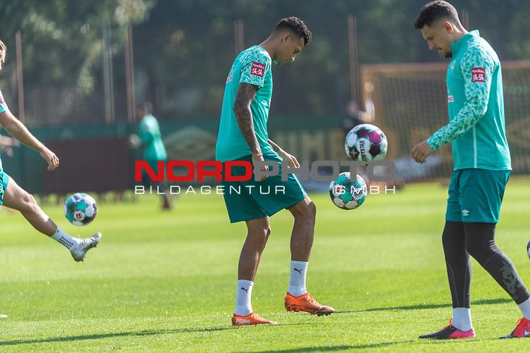 15.09.2020, Trainingsgelaende am wohninvest WESERSTADION - Platz 12, Bremen, GER, 1.FBL, Werder Bremen Training<br /> <br /> Aufwaermtraining<br /> <br /> Davie Selke  (SV Werder Bremen #09)  ,Ball am Fuss, <br /> Milos Veljkovic (Werder Bremen #13)  ,Ball am Fuss, <br /> <br /> Foto © nordphoto / Kokenge