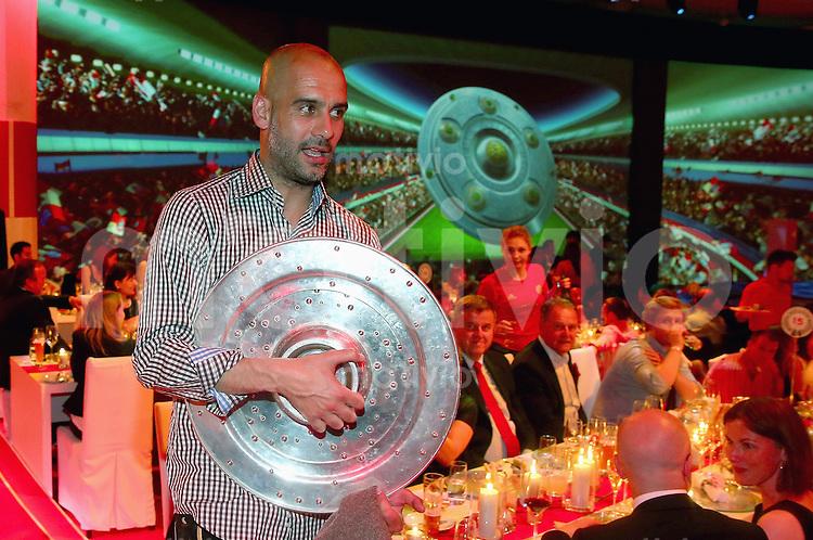 FUSSBALL   1. BUNDESLIGA   SAISON 2013/2014  34. SPIELTAG Deutscher Meister 14/15 FC Bayern Muenchen        10.05.2014 FC Bayern Bankett im Postpalast; Trainer Pep Guardiola mit Meisterschale