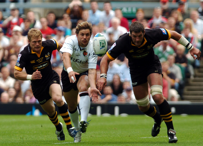 Photo. Henry Browne..23/05/2004..London Wasps v Toulouse Heineken Cup Final...Simon Shaw and Josh Lewsey chase the ball.