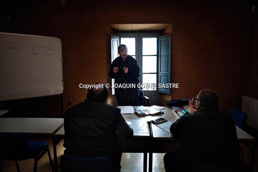 Juan y chema seminaristas  que estan en el quinto curso atienden las explicaciones de uno de los formadores que les da clase