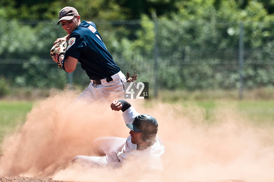 23 May 2010: Stosh Hoover of Montpellier looks for the double play during game 1/week 7 of the French Elite season match won 19-9 by Montpellier over the PUC, at the Pershing Stadium in Vincennes, near Paris, France.