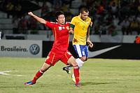 ATENÇÃO EDITOR: FOTO EMBARGADA PARA VEÍCULOS INTERNACIONAIS - RECIFE,PE,10 SETEMBRO 2012 - AMISTOSO SELEÇÃO BRASILEIRA - BRASIL X CHINA -dANIEL ALVES jogador do Brasil duarnte partida Brasil x China no Estádio José do Rego Maciel  (Arruda) em Recife na noite desta segunda feira (10).(FOTO ALE VIANNA - BRAZIL PHOTO PRESS).