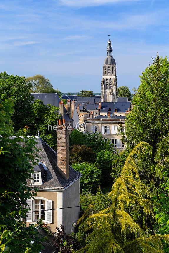 France, Loir-et-Cher (41), Vendôme, vue sur les toits et la Tour Saint-Martin depuis la Rampe du Château // France, Loir et Cher, Vendome, view over the rooftops and Saint Martin Tower from the Rampe du Chateau