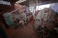 FOTORREPORTAJE PROYECTOS PRODUCTIVOS RELLENOS PARA COLCHONES A BASE DE CÁSCARA DE COCO<br /> <br /> POR: VICTOR PICHARDO <br /> <br /> Querétaro, Qro. 14 enero 2016.- El municipio de Querétaro alberga en el corazón de la comunidad de La Gotera, en la delegación Santa Rosa Jáuregui, un interesante proyecto dedicado a la creación de rellenos para colchones a base de fibras obtenidas de la cáscara del coco. Desde hace poco mas de dos años, cerca de veinte personas laboran, directa o indirectamente, en este proyecto productivo comandado por José Francisco Jiménez Estrada. En esta planta  se colecta la cáscara del coco que desechan los fruteros de la región para secarla y procesarla hasta obtener fibras refinadas que son utilizadas para rellenar algunas clases de colchones y cojines que son utilizados por productores de varios estados.<br /> <br /> Foto: Victor Pichardo /