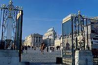 Versailles, palace, Paris, France, Europe, Yvelines, Entrance gate to the Chateau de Versailles.