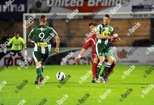 2012-10-13 / Voetbal / seizoen 2012-2013 / Racing Mechelen - KV Turnhout / Alexander Fisher in duel met Steven Van den Bergh van Turnhout. Spreutels (9) komt helpen..Foto: Mpics.be