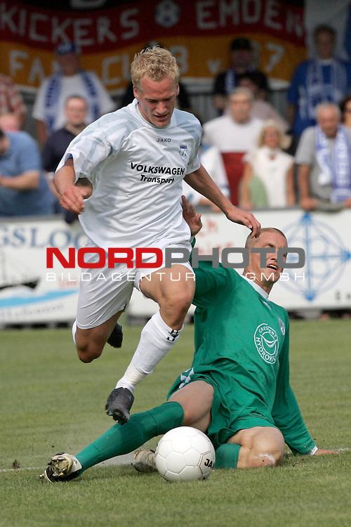 RLN 05 / 06 - 8. Spieltag<br /> <br /> Kickers Emden vs VFB Luebeck<br /> <br /> Sebastian Gundelach/ Emden gegen Daniel BAerwolf ( B&scaron;rwolf ) / Luebeck<br /> <br /> <br /> <br /> Foto &copy; nordphoto <br /> <br /> <br /> <br />  *** Local Caption *** Foto ist honorarpflichtig! zzgl. gesetzl. MwSt.<br /> <br />  Belegexemplar erforderlich