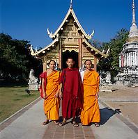 Thailand, Chiang Mai: Buddhist monks at Wat Phra Singh temple | Thailand, Chiang Mai: Moenche im Wat Phra Singh Tempel
